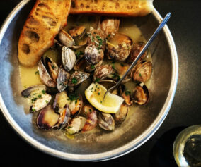 Quick Cook: A steamy bowl of garlicky clams for the end of summer